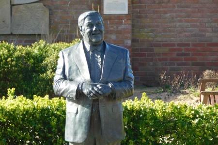 Les Dawson Statue